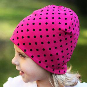 Zimní čepice černé puntíky na růžové