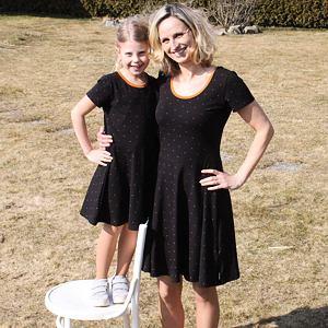 Letní šaty skořicové puntíky na černé