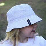 Dívčí letní klobouček šedé kytičky na bílé ObleCzech