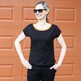 Volnější tričko skořicové puntíky na černé